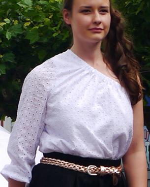 """""""Black & White and All about blue""""  Asymmetrische Bluse aus Lochspitze; Tellerrock mit Falten aus Piqué; geflochtener Ledergürtel im Metalloptik"""