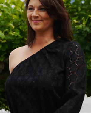 """""""Black & White and All about blue""""  Asymmetrisches Kleid aus Baumwollspitze; geflochtener Ledergürtel in Metalloptik"""