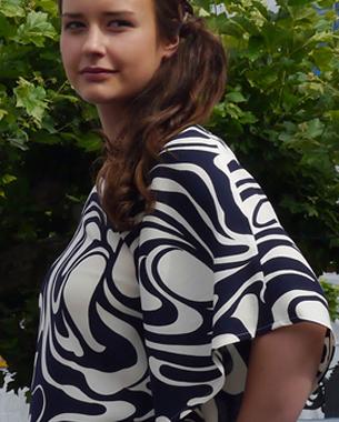 """""""Black & White and All about blue""""  Asymmetrische Tunika aus Wollviskose; Short mit Falten aus Viskoseromanit"""