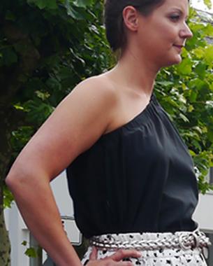 """""""Black & White and All about blue""""  Asymmetrische Baumwollbluse mit tonalen Streifen; Tellerrock mit Falten aus bedrucktem Piqué; geflochtener Ledergürtel in Metalloptik"""